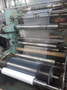 В процессе изготовления - еще теплая термоусадочная пленка наматывается в рулон